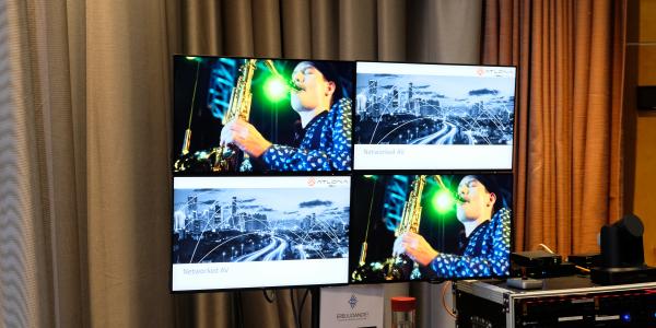 En videovägg med fyra skärmar som visar två olika bilder